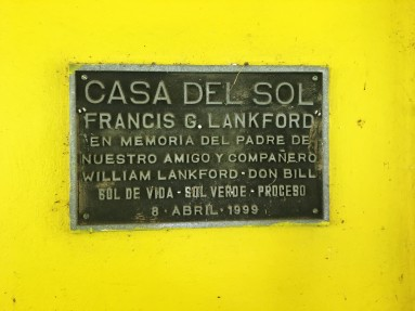"TRANSLATION: ""House of the Sun, Francis G. Lankford. In memory of the father, of our friend and partner William Lankford."" The plaque hangs near the entrance of Casa Del Sol's kitchen to commemorate William Lankford, who was the Founder and President of the Central American Solar Energy Project (CASEP). Lankford helped create the Casa Del Sol center. Photo by Jalyn Henderson La placa colgó cerca de la entrada de la cocina de Casa Del Sol para conmemorar a William Lankford, quien fue el Fundador y Presidente del Proyecto de Energía Solar Centroamericana (CASEP). Lankford ayudó a crear el centro de Casa Del Sol. Foto de Jalyn Henderson"