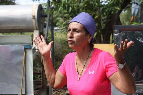 Fatimá Montealegre Ramirez stresses the importance of utilizing every natural resource provided by the earth. As a staff member at Casa Del Sol, Montealegre educates visitors about the benefits of cooking with solar energy and how to increase food sustainability. Photo by Jalyn Henderson Fátima Montealegre Ramirez destaca la importancia de utilizar todos los recursos naturales proporcionados por la tierra. El miembro del personal de Casa Del Sol, Montealegre educa a los visitantes sobre los beneficios de cocinar con energía solar y cómo aumentar la sostenibilidad de los alimentos. Foto de Jalyn Henderson